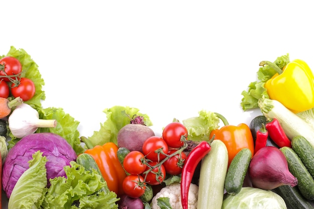 Разнообразие свежих овощей на белом фоне