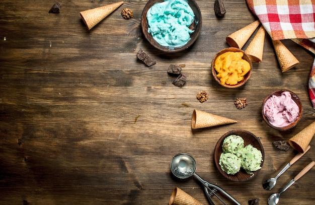 Разнообразие фруктового мороженого в мисках