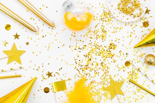 Разнообразие золотых аксессуаров и блесток для новогодней вечеринки