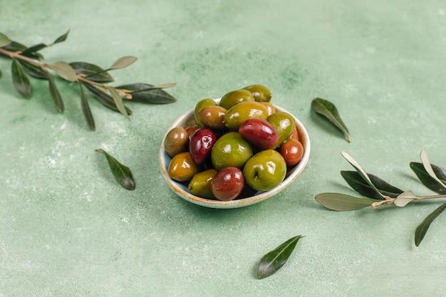 Разнообразие зеленых и черных маслин.