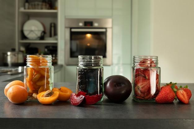 ガラスの瓶に入った健康的なドライフルーツ各種
