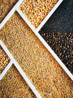 나무 상자에 다양한 건강한 곡물과 씨앗