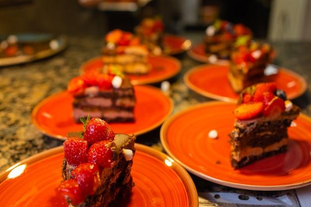 ケーキ、ドーナツ、タルト、クロワッサン、パン、甘くて美味しいなど、さまざまな自家製ベーカリーをテーブルに並べます。