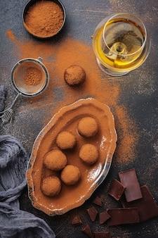 Разнообразие домашних трюфелей из темного шоколада с какао-порошком, фисташками, миндалем