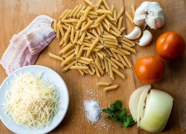 Разнообразие ингредиентов для приготовления макарон с соусом
