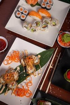 木製のテーブルで様々な日本食料理。縦の写真