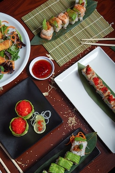 다양한 일식 요리가 레스토랑 테이블에 제공됩니다. 수직 이미지. 조감도