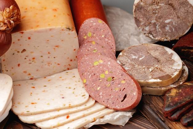 テーブルの上のさまざまな肉やソーセージ製品