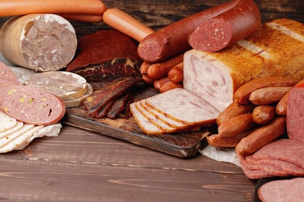 テーブルの上のさまざまな肉とソーセージ製品