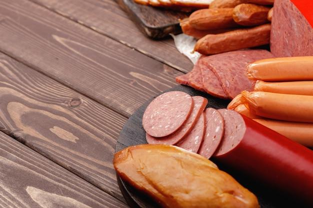 테이블에 다양한 육류 및 소시지 제품