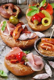 Разнообразие мясных закусок в кренделях