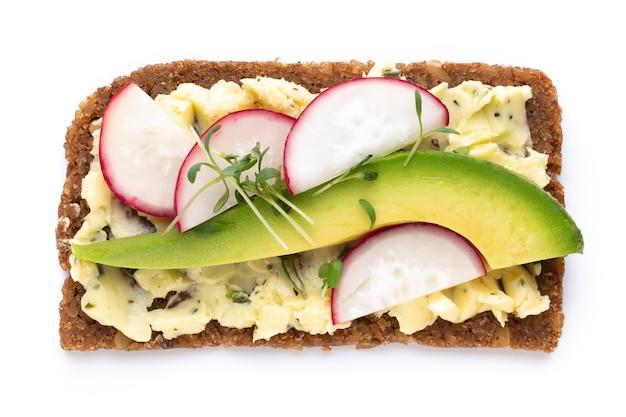Разнообразные мини-бутерброды со сливочным сыром, овощами и салями. бутерброды с огурцом, редисом, помидорами, салями на белом фоне, вид сверху. плоская планировка.