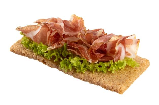 Разнообразные мини-бутерброды со сливочным сыром, овощами и салями.