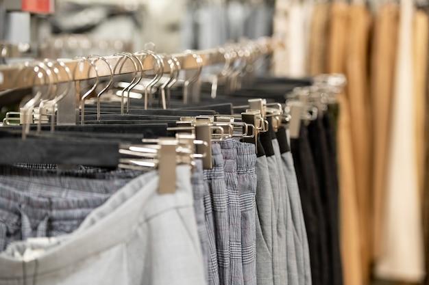 さまざまな新しい流行のカジュアルな服がラックに並んでいます