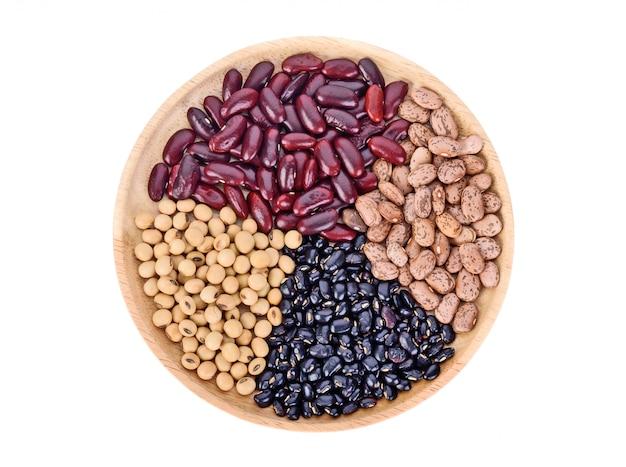 Разновидность ореха: красная фасоль, черная фасоль, соевые бобы и арахис на белой поверхности