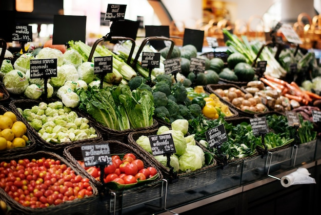 スーパーマーケットのさまざまな有機野菜