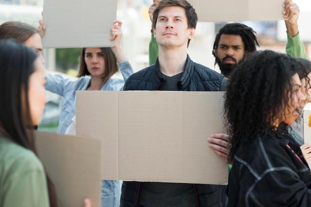 通りで抗議するさまざまな人々