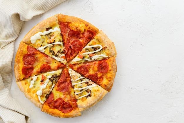 Разнообразие кусочков пиццы вид сверху