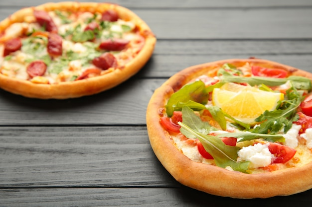 Разнообразие пиццы на деревянном столе