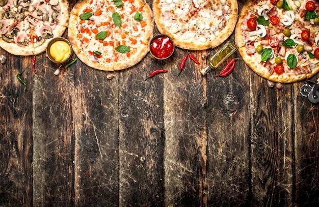 다양한 피자. 나무 배경