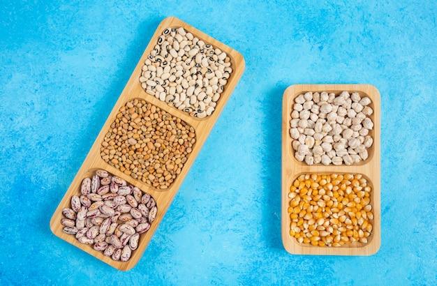 青い背景の生豆の様々な。