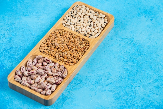 木の板に生豆のバラエティ。