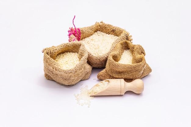 白い背景で隔離の米の品種