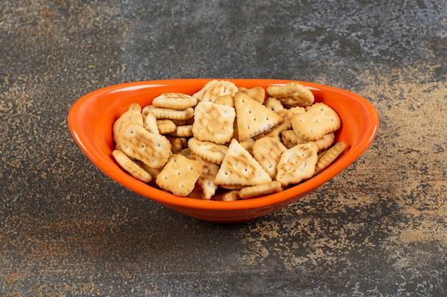 오렌지 그릇에 소금에 절인 크래커의 다양한.