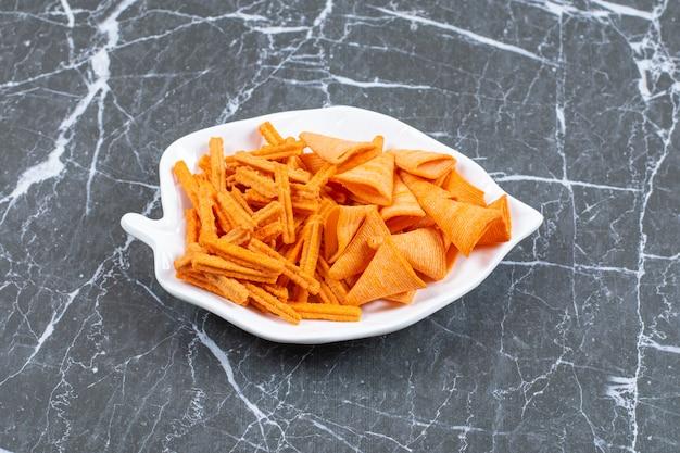 葉っぱの形をしたお皿に盛り付けられた様々な塩焼きクラッカー。