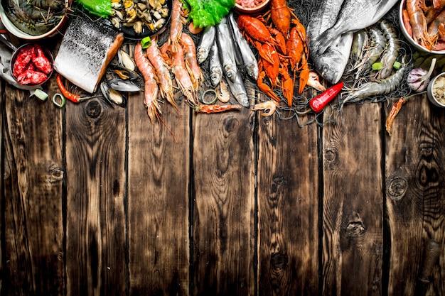 낚시 그물에 다양한 해산물.
