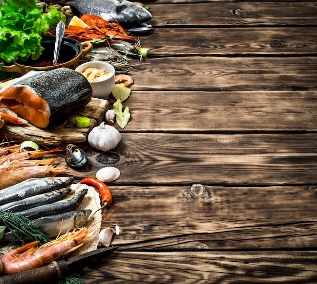 Разнообразие креветок из морепродуктов, рыбы и моллюсков на деревянных фоне