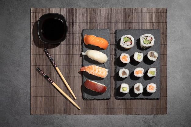 Разнообразие суши на темном фоне. вид сверху. типичная японская еда.
