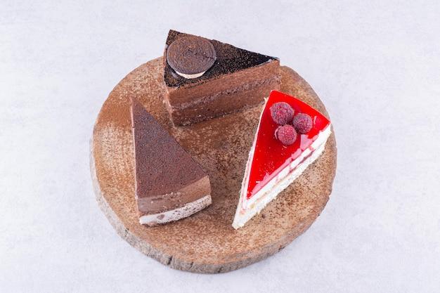 나무 조각에 달콤한 케이크의 다양한. 고품질 사진
