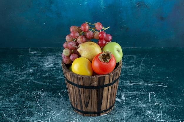 다양 한 나무 통에 맛있는 과일.