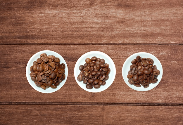 素朴な木製の背景に撚り糸とコーヒー豆の様々な紅茶