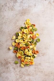 다양한 전통 이탈리아 파스타 : 다채로운 스파게티, tagliatelle, farfalle, penne, ptititm, 국수, fusilli, 오래 된 나무 배경에 cannelloni. 복사 공간이있는 상위 뷰.