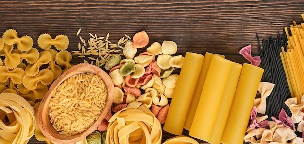 다양한 전통 이탈리아 파스타: 다채로운 스파게티, 탈리아텔레, 파르팔레, 펜네, 쁘띠띠엠, 누들, 푸실리, 카넬로니