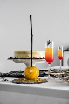 テーブルの上のハロウィーンのおやつ各種