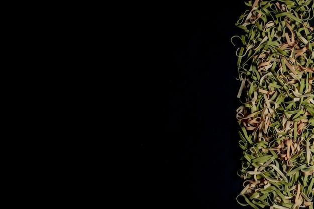 さまざまな種類と形の乾いたイタリアンパスタ。イタリアのマカロニローフード:パスタ、スパゲッティ、スパイラル状のパスタ。