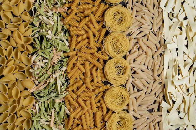 さまざまな種類と形の乾いたイタリアンパスタ