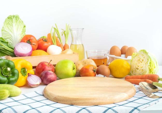 さまざまな野菜と木製のまな板