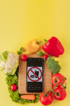 Разнообразие овощей и сковороды на доске, вид сверху. вегетарианец и здоров.
