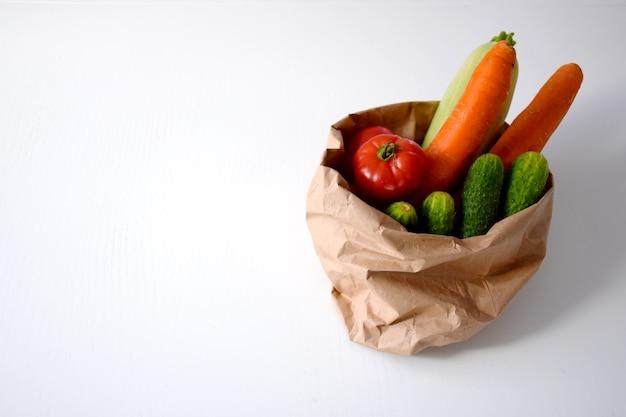 Разнообразие овощей в экологически чистой упаковке