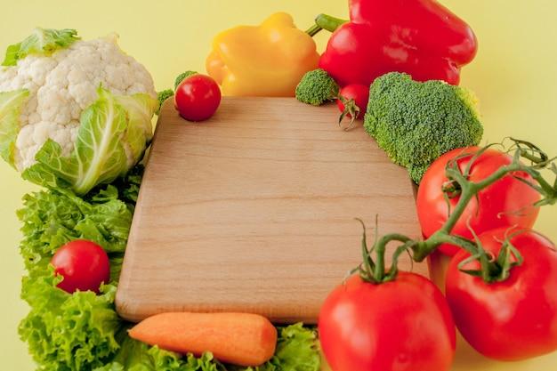 黒板に野菜のバラエティ、上面図。ビーガンと健康的なコンセプト。