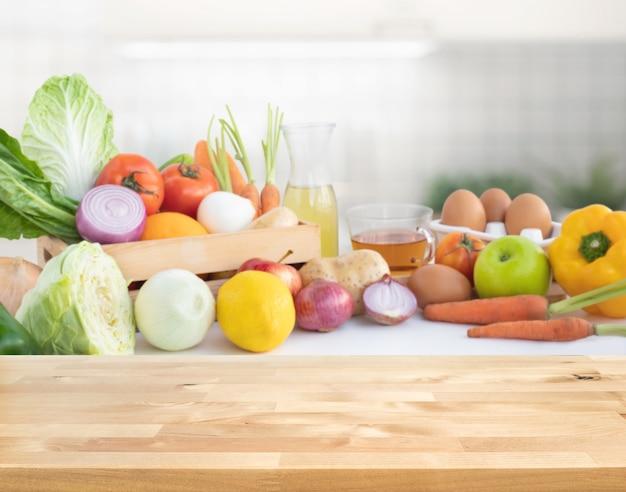 木製のテーブルで野菜の様々な