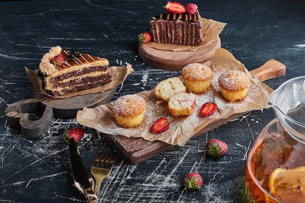 Varietà di dolci su tavole di legno.