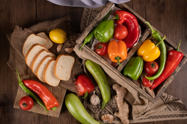 Varietà di verdure di stagione con pane a fette