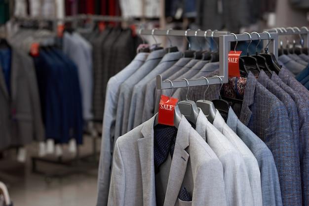 옷걸이에 다양한 종류의 세련된 재킷.