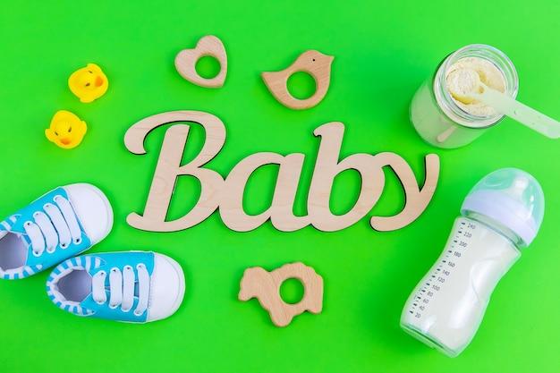 赤ちゃんのための様々なアクセサリー。緑の表面。セレクティブフォーカス。