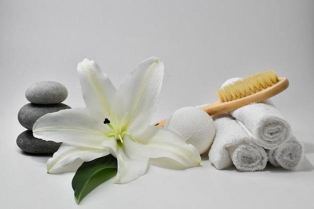 ユリの花を使った個人衛生やボディケアのためのさまざまなアクセサリー。スパ。